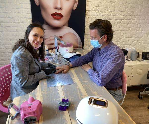Selina start nagelstudio bij kapper Olaf